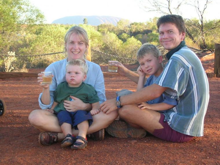 La famille Plaisance en Australie –les parents France et Martin, ainsi que leurs fils Bruno et Samuel, en 2004. Coucher du soleil avec Ayer's Rock en arrière-plan, le fameux monolithe que les aborigènes appellent Uluru.