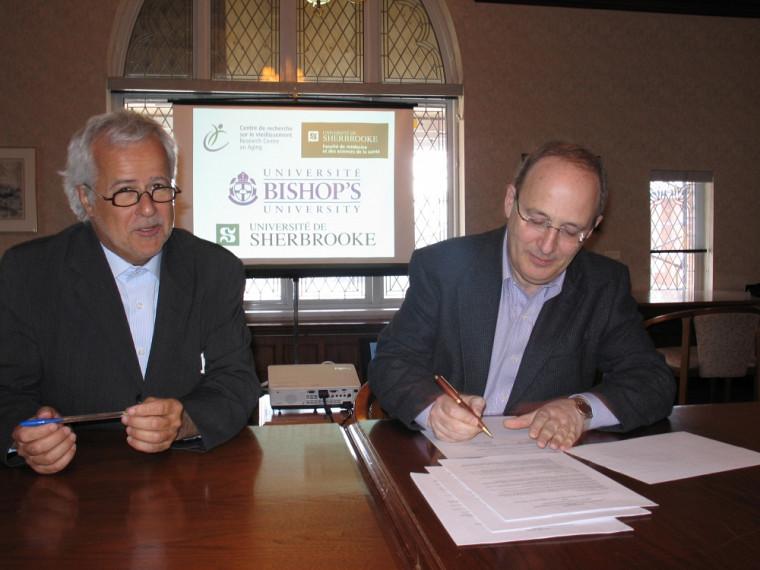 Michel Tousignant, directeur scientifique du Centre de recherche sur le vieillissement du CSSS-IUGS, et Michael Goldbloom, principal et vice-chancelier de l'Université Bishop's.