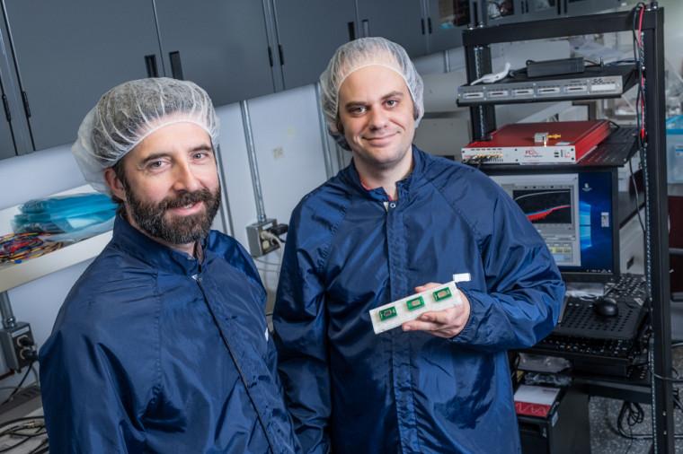 Le professeur Julien Sylvestre et Guillaume Dion, étudiant à la maîtrise.