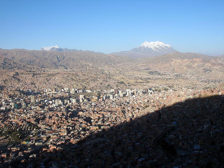 La Paz entourée du Nevado Illimani à droite et du Nevado Mururata à gauche