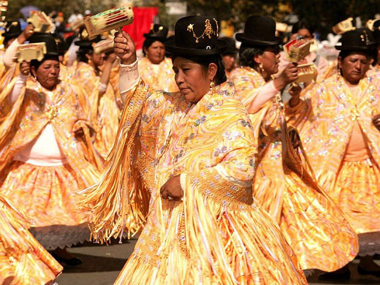 Danse de cholitas lors du Grand Poder, festival religieux de La Paz