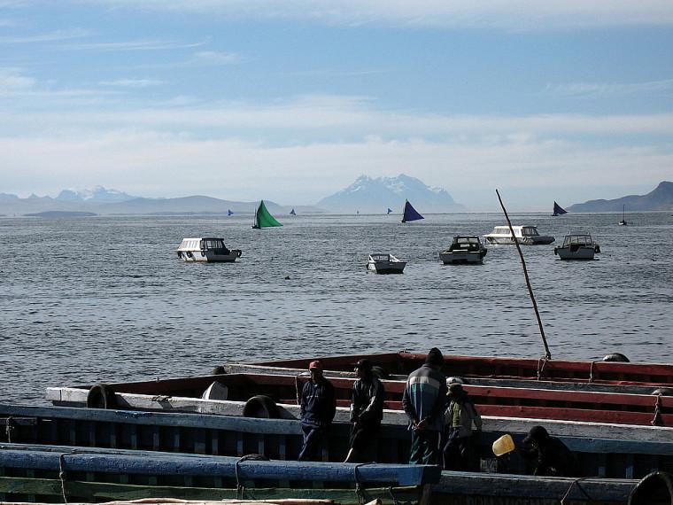 Le lac Titicaca et le Nevado Illimani au loin