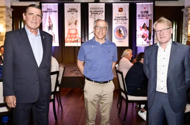 Serge Savard, accompagné du recteur de l'UdeS, Pr Pierre Cossette, et de François Thibault, président de la Corporation études-sports.