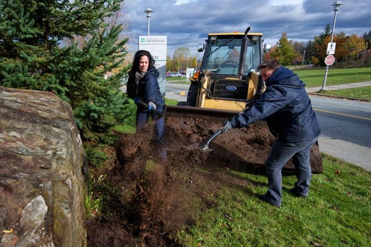 Chaque année, Marie-Claude Gosselin et Isabelle Clouatre épandent12000kg de compost entièrement produit à l'UdeS en divers endroits du Campus principal.