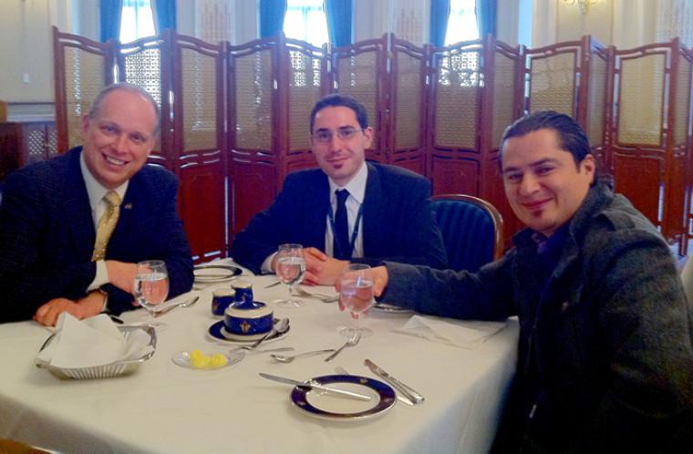 Boris Andrade (à droite), étudiant en politique appliquée, jumelé au député Stéphane Bergeron (à gauche) et son adjoint Jean-Louis Tedone.