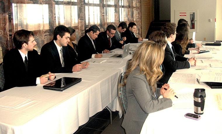 Quelque 30étudiants en politique appliquée se sont prêtés au jeu lors de la simulation parlementaire.