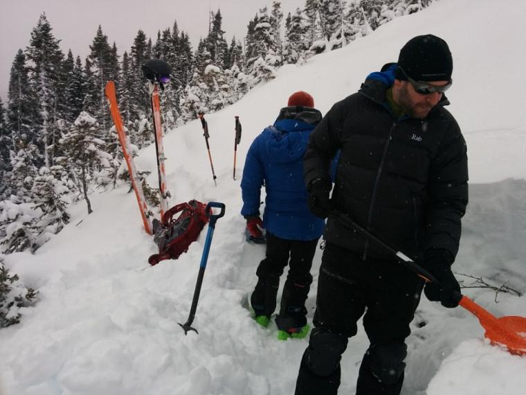 Jean-Benoît Madore et Alexandre Langlois installent le laboratoire qui leur permettra de recueillir des informations sur l'évolution du manteau neigeux virtuel.