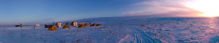 Camp de base dans la toundra arctique à 50km au nord d'Inuvik dans les Territoires du Nord-Ouest (69° N) où ont séjourné pendant 10 jours, en mars 2018, Céline Vargel, étudiante au doctorat, Alexandre Roy, chercheur postdoctoral, et Alain Royer, professeur au Département de géomatique appliquée, tous coauteurs de l'article. Les conditions de vie sous tente par -30°C la nuit rendent ces campagnes de mesures très difficiles.