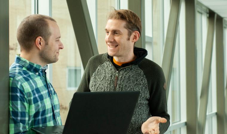 Le doctorant Frédérik Dufour (à gauche) est directeurde la technologie chez Oken Santé, une entreprise en démarrage qu'il pilote avec le PrAlan Cohen (À droite), son directeur de thèse.