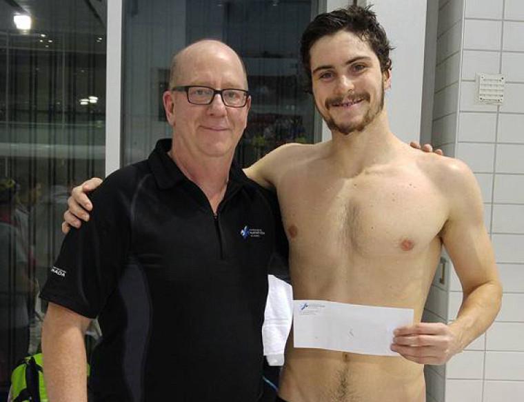 Jonathan Naisby du Vert & Or recevant le chèque du gagnant du représentant de Natation Québec, Monsieur Michel Bérubé.