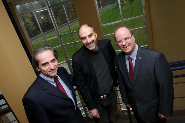 François Coderre, doyen de la Faculté d'administration, en compagnie de Jacques Beauvais, vice-recteur à la recherche, et de Michel Lafleur, vice-doyen à la recherche et aux études de 3ecycle.