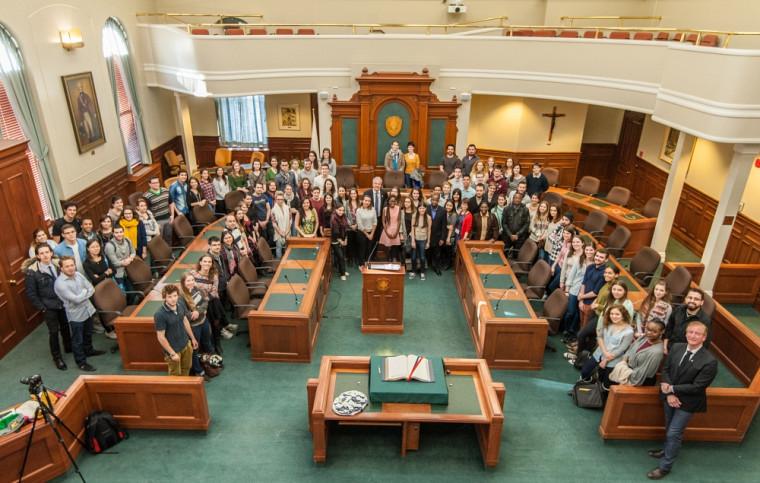 Les étudiantes et étudiants internationaux étaient conviés à l'hôtel de ville de Sherbrooke, à l'invitation du maire Bernard Sévigny, pour souligner la fin de leurs parcours à l'Université de Sherbrooke.