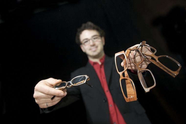 Diplômé de la Faculté de génie et étudiant à la Faculté d'administration, Julien Denommé voit grand avec son entreprise duBois Eyewear.