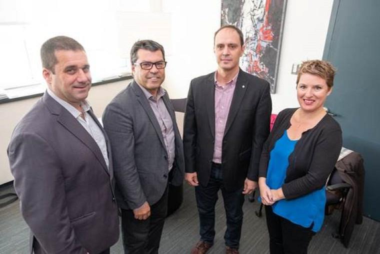 De gauche à droite, M. Pascal Grégoire, directeur général par intérim de La FUS, Pr Serge Striganuk, doyen de la Faculté d'éducation, et nos deux donateurs M. Stéphane Roux et Mme Marilène Bilodeau.