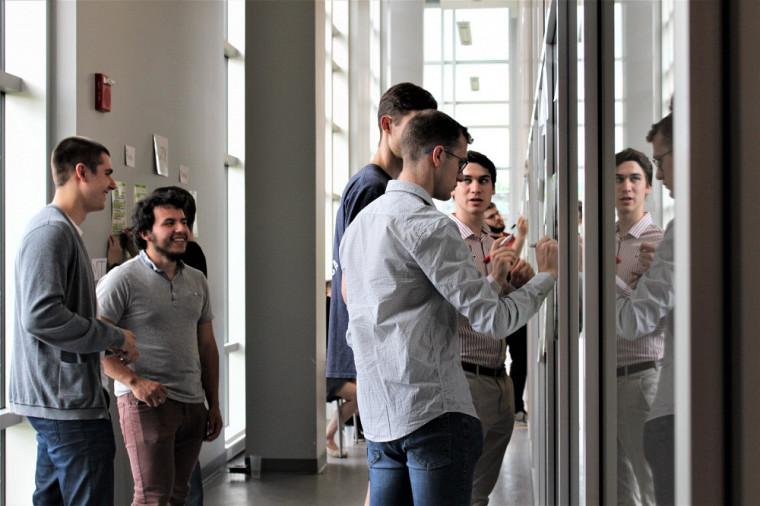 L'équipe Foxtrot pendant un événement du Concours Createk-Famille J.R. André Bombardier, un concours d'entrepreneuriat technologique qui se déroule sur 1an.