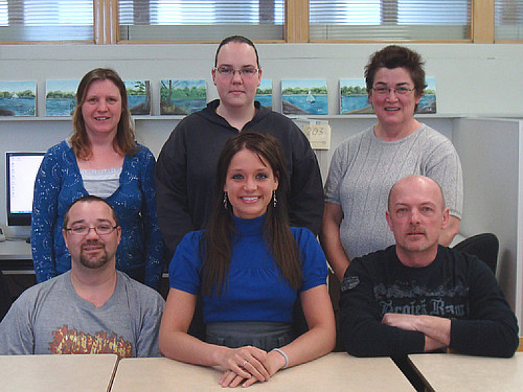 Stéphanie Poulin, entourée d'élèves du Centre d'éducation des adultes Mgr-Beaudoin.