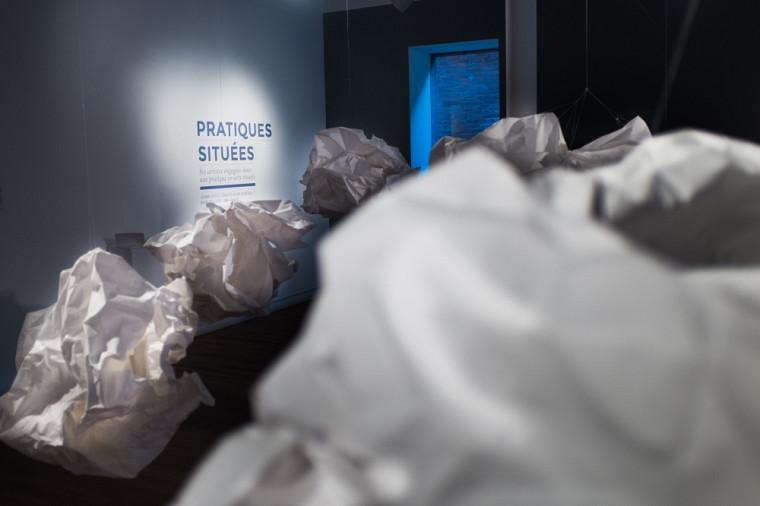 L'exposition Pratiques situéesporte àla réflexion, au questionnement et à l'échange.