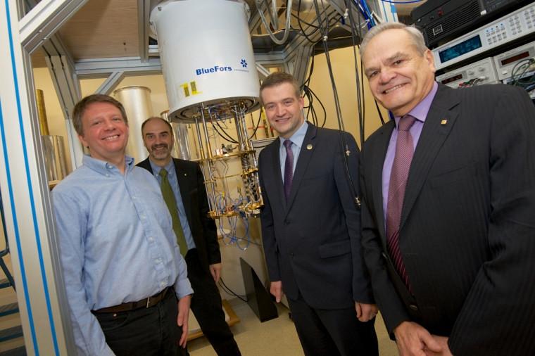 Le titulaire Bertrand Reulet, en compagnie du vice-recteur Jacques Beauvais, du député Luc Fortin et du doyen Serge Jandl, au laboratoire du traitement des signaux quantiques.