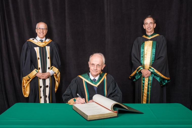 Le professeur Daniel Dalle accompagné du recteur de l'UdeS, le professeur Pierre Cossette, et du doyen de la Faculté de génie, le professeur Jean Proulx.