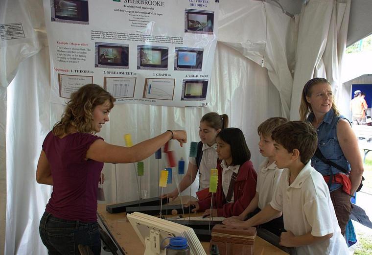 Des visiteurs expérimentent les modes de vibration des structures lors d'un tremblement de terre.