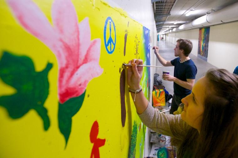 Cette fresque a été conçue sur la paroi d'un des tunnels souterrains du campus principal.