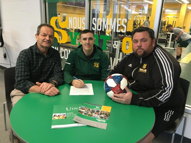 Jean-Pierre Boucher, dg du SSAP et David Guicherd, entraîneur du Vert & Or en soccer masculin, entoure David Harrison.