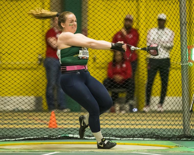 Ariane Dubois en pleine action en finale du lancer du marteau à Edmonton.