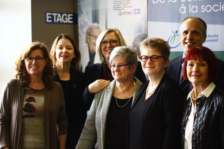 De gauche à droite :Nicole Dubuc, directrice scientifique du CDRV du CIUSSS de l'Estrie-CHUS, Patricia Gauthier, Présidente-directrice générale du CIUSSS de l'Estrie-CHUS, Francine Charbonneau, ministre responsables des Aînés et de la Lutte contre l'intimidation, Suzanne Garon, professeure-chercheure au CDRV et à FLSH, Marie Beaulieu, professeure-chercheure au CDRV et à FLSH, Pierre Cossette, recteur de l'Université de Sherbrooke, Diane Gingras, membre du conseil d'administration du CIUSSS de l'Estrie-CHUS.