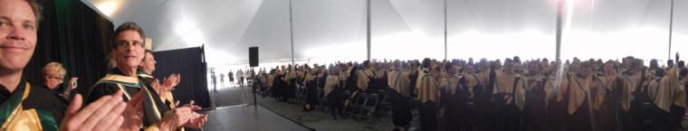 Sous le chapiteau de la Faculté de génie :doyen et professeur Patrik Doucet (à gauche)Dean Kamen, inventeur et entrepreneur (à droite)et les finissantes et les finissants de la 58e promotion