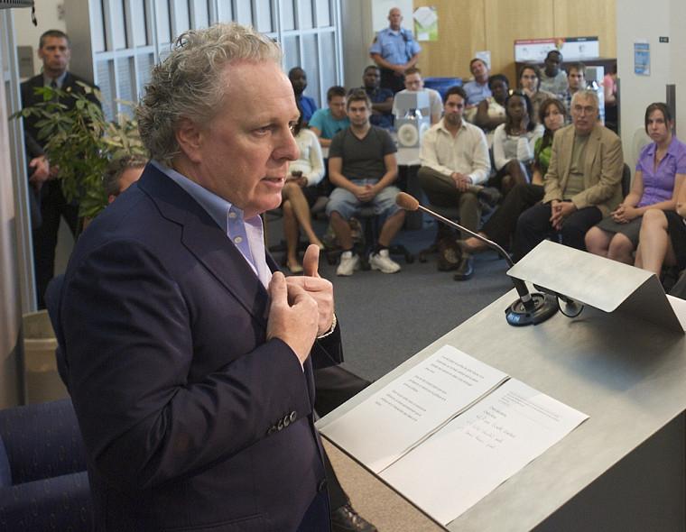 Le premier ministre du Québec, Jean Charest, lors de son entretien avec les étudiants de l'École de politique appliquée.