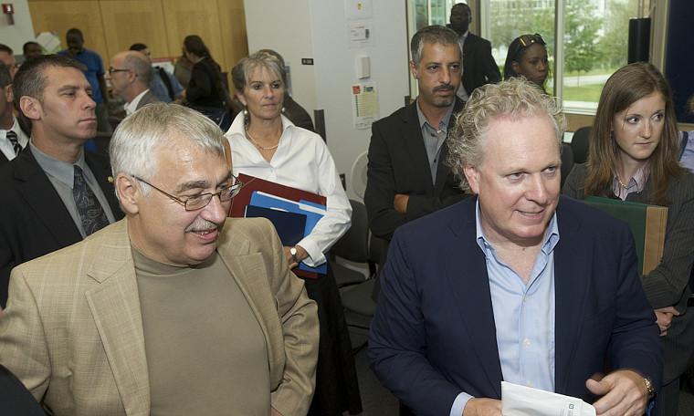 Jean Charest accompagné du professeur Gilles Vandal, grâce à qui cette rencontre a été rendue possible.