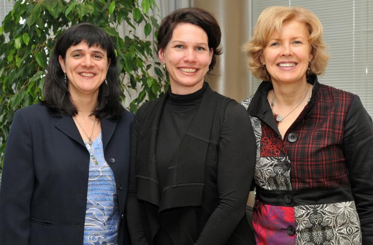 Manon Guay entourée de ses directrices de thèse, Marie-France Dubois et Johanne Desrosiers.