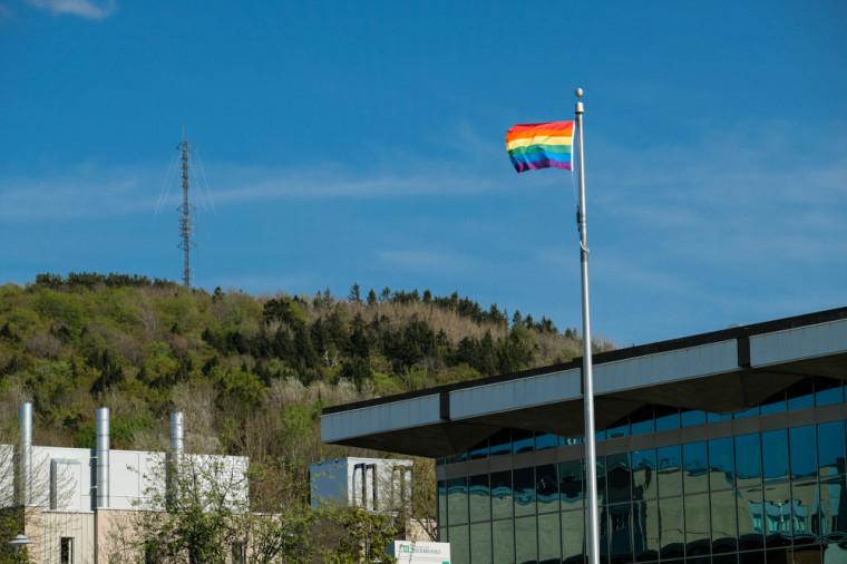 Le drapeau arc-en-ciel flotte au Campus principal