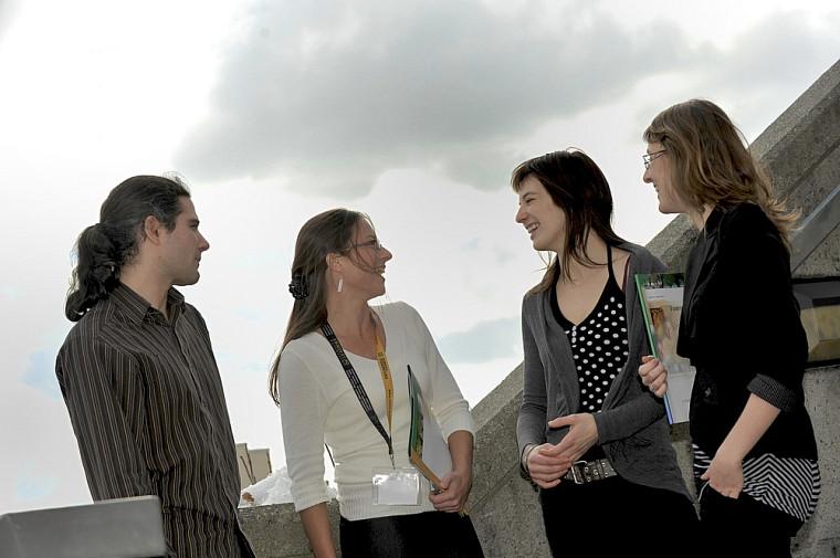 Alexandre Roy, Mélanie Houle, Élisabeth Groulx-Tellier et Josée Hamel ont vu l'excellence de leurs travaux respectifs récompensée en recevant des bourses lors du colloque de l'Association de la maîtrise en environnement de l'UdeS.
