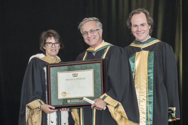 Le nouveau docteur d'honneur, Jean-Guy Belley, en compagnie de la rectrice, la Pre Luce Samoisette, et du doyen, le Pr Sébastien Lebel-Grenier.