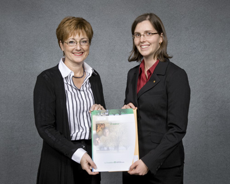 Sur la photo, nous retrouvons de gauche à droite madame Lyne Lavoie, donatrice et directrice générale de la Fondation J. Armand Bombardier, et madame Karine Dionne, récipiendaire de la bourse J. Armand Bombardier, d'une valeur de 15 000 $.