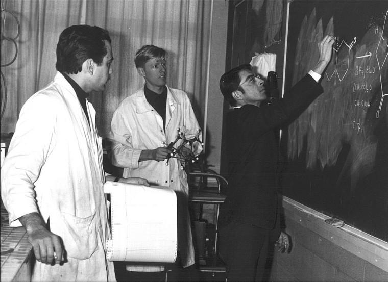 En 1968, Pierre Deslongchamps pose en compagnie des doctorants Yvon Lambert et Pierre Bélanger.