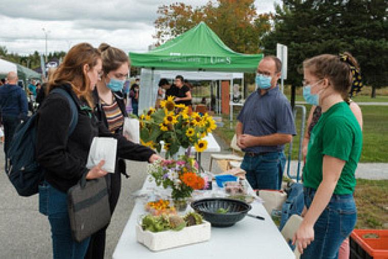 Les exposants du Jardin Zen7, dont Alain Fleury, coordonnateur à la vie étudiante de la Faculté de médecine et des sciences de la santé, ont fait découvrir la récolte du jardin nourricier adjacent au pavillonZ7.