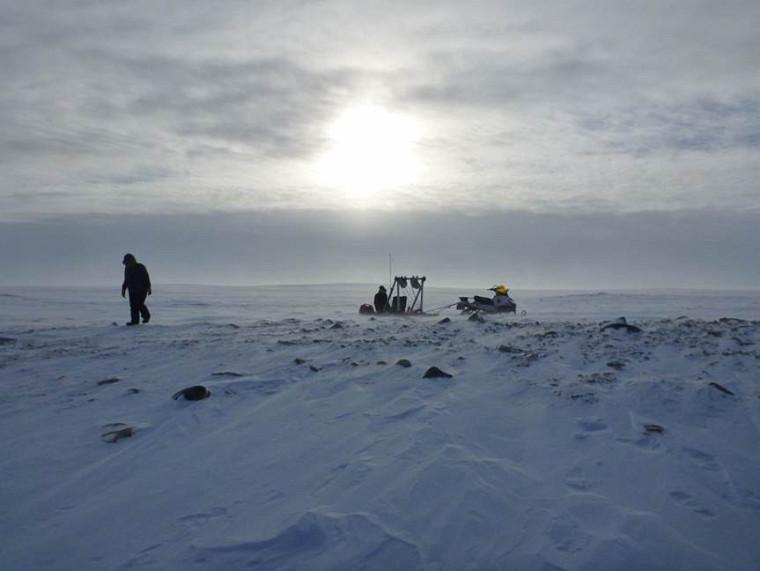 Le Pr Alain Royer lors d'une sortie terrain en Arctique.