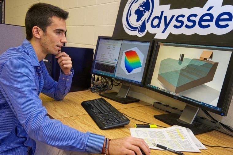 Dragan Tutić, fondateur du projet Odyssée, devant des esquisses du projet.
