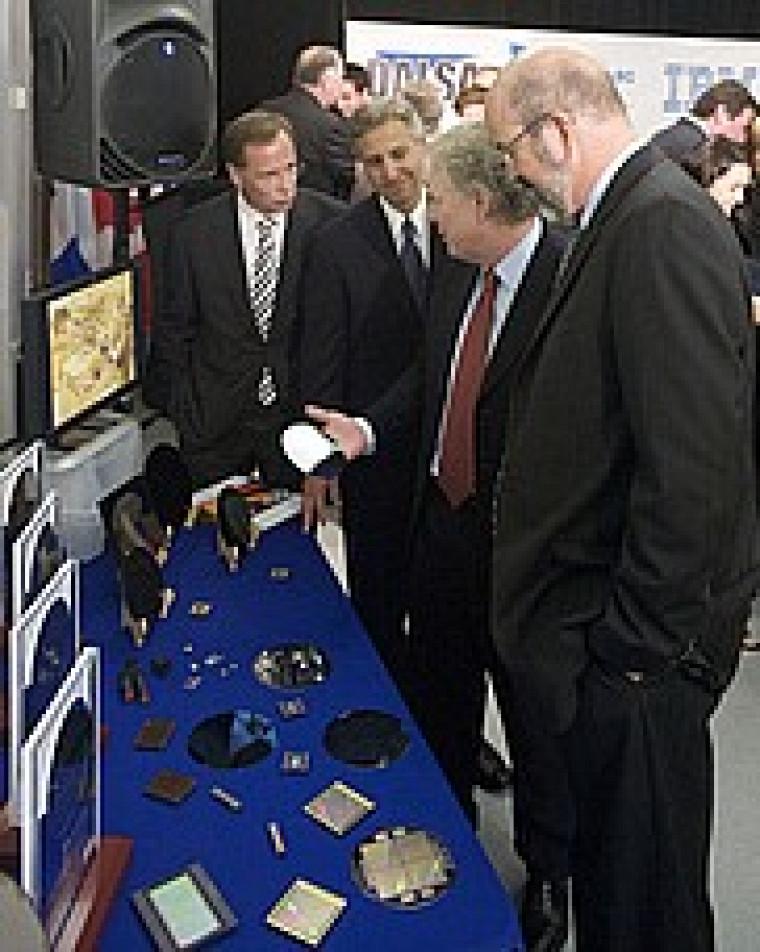 Quelques dignitaires, dont le premier ministre Jean Charest, découvrent des produits de la microélectronique lors de l'annonce de la création du futur centre de recherche.